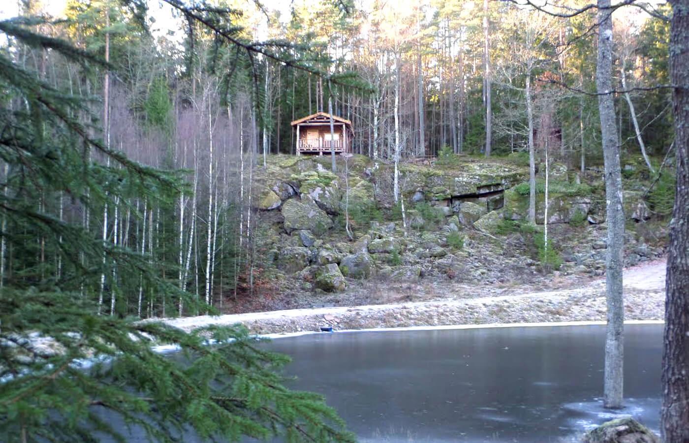 Skogsstuga uppe på Branta Berg i Spetsamåla Gård